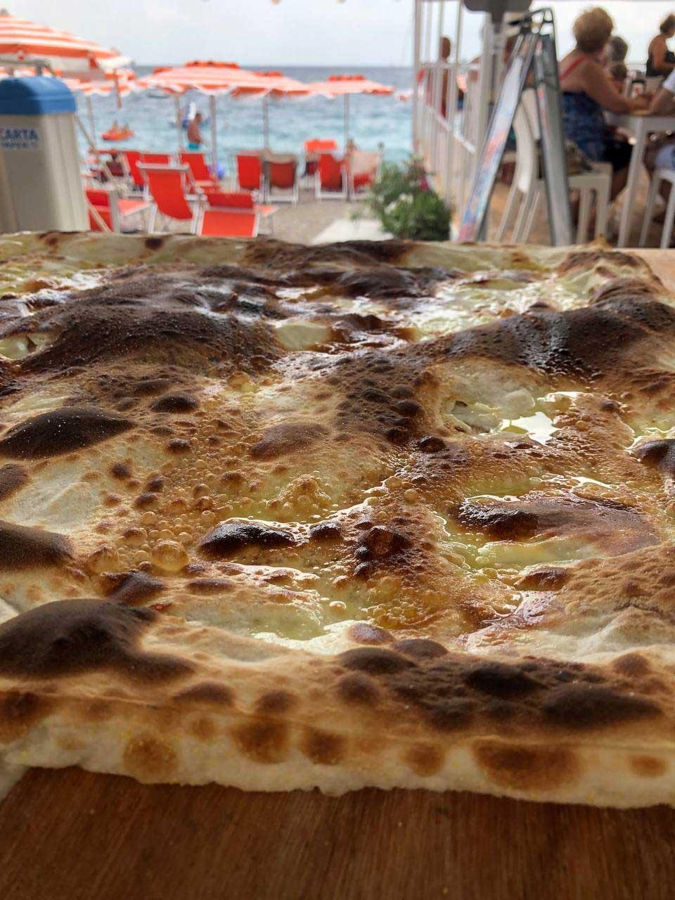 Focaccia al formaggio in spiaggia Santa Margherita Ligure